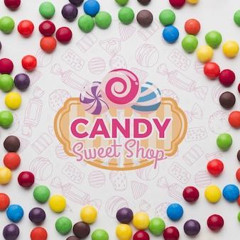 Маленькие конфеты на столе