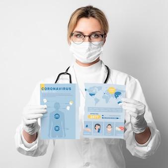 Женщина рвет макет коронавируса
