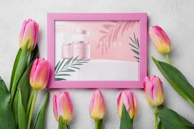 Вид сверху косметический макет с цветами