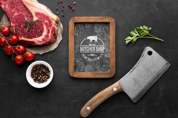 Мясные продукты с макетом на доске