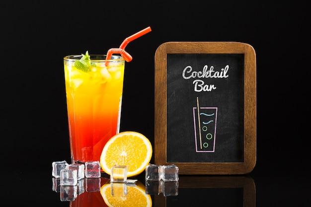 Вид спереди коктейль макет концепции
