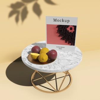 Высокий угол стола с картой и фруктами
