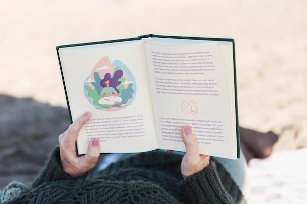 Высокий вид пожилая женщина читает книгу