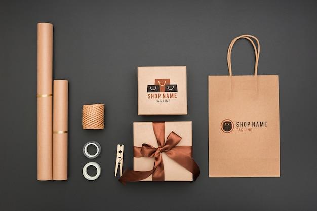 Вид сверху макет завернутые подарки и бумажный пакет