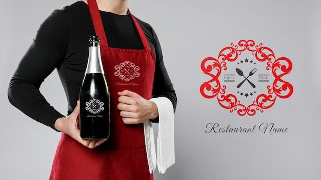 ワインのモックアップのボトルを保持している女性