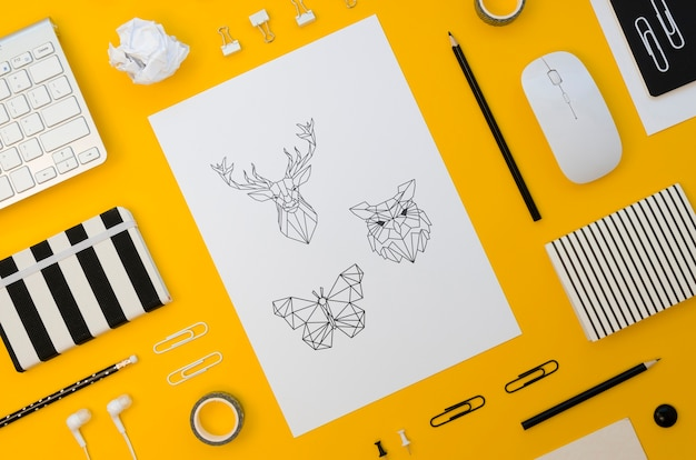 Вид сверху макет бумаги на желтом фоне