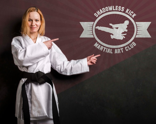 空手黒帯と武道のモックアップを持つ女性