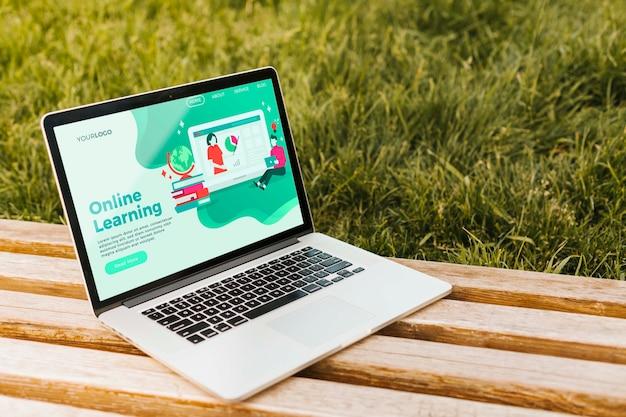 オンライン学習のランディングページを備えたクローズアップノートパソコン