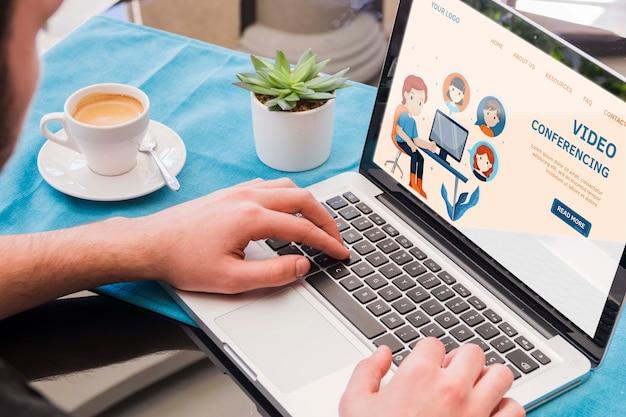 Крупным планом человек, работающий на ноутбуке