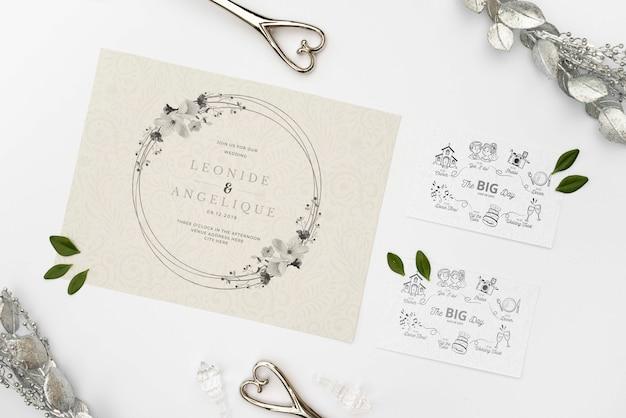 テーブルの上のエレガントな結婚式の招待状