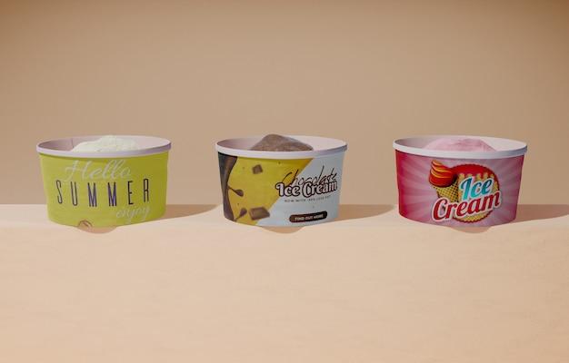 Вид спереди трех сортов мороженого в контейнерах