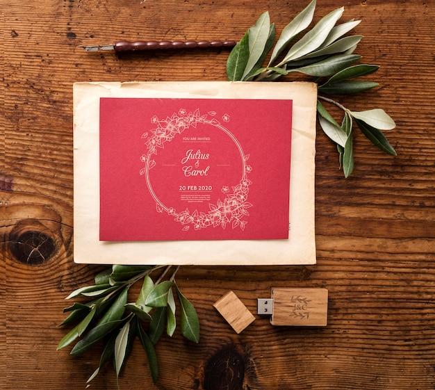 Плоская планировка красивой композиции свадебных элементов с пригласительным макетом