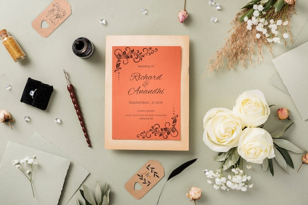 招待モックアップと結婚式の要素のフラットレイアウト構成