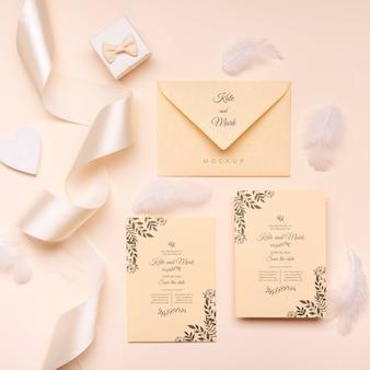 トップビューのエレガントな結婚式招待状のコンセプト