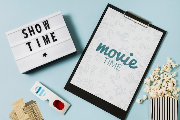 クリップボードのモックアップを備えた平面図の映画の配置