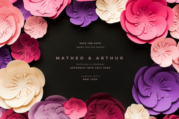 紙の花と黒の結婚式の招待状