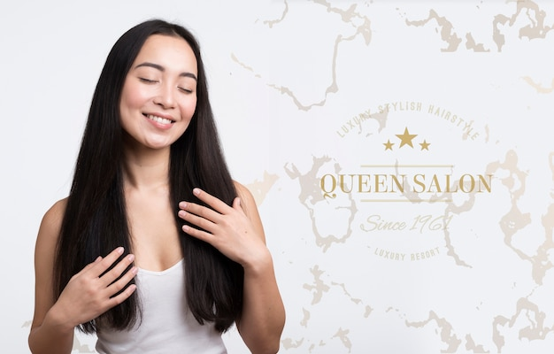 美しい髪の広告を持つ女性