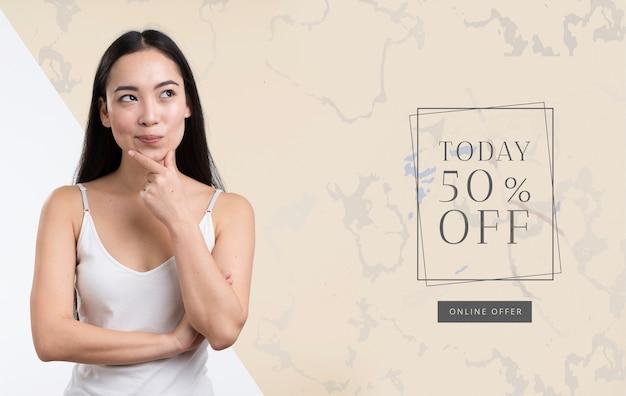 ミドルショットの女性と販売のモックアップ広告