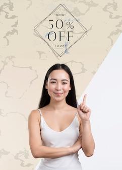 販売モックアップ広告を持つ正面図女性
