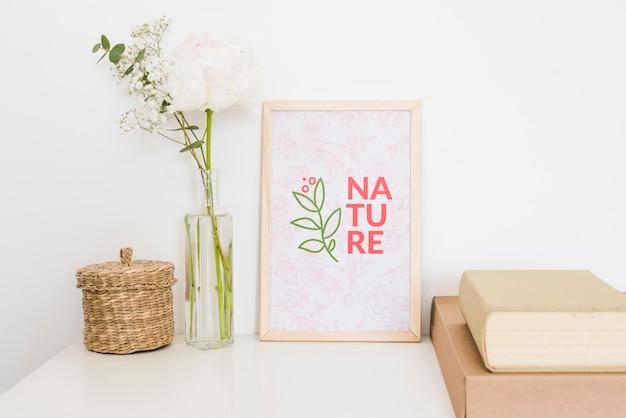 自然のモックアップと白いバラ