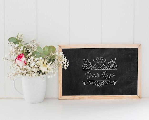 花と黒板のモックアップの花束