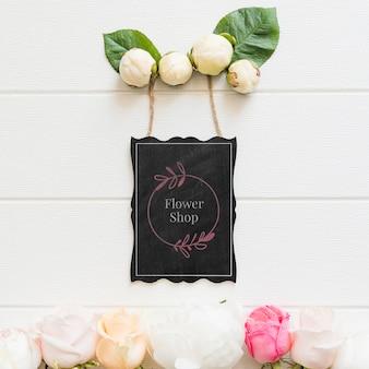 かわいいバラのつぼみとフラワーショップのモックアップ