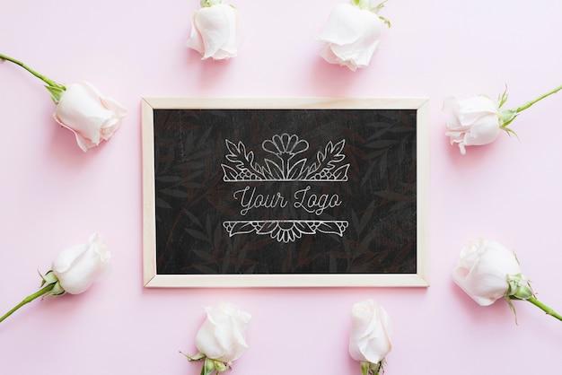 花のブティックのモックアップとバラのつぼみ