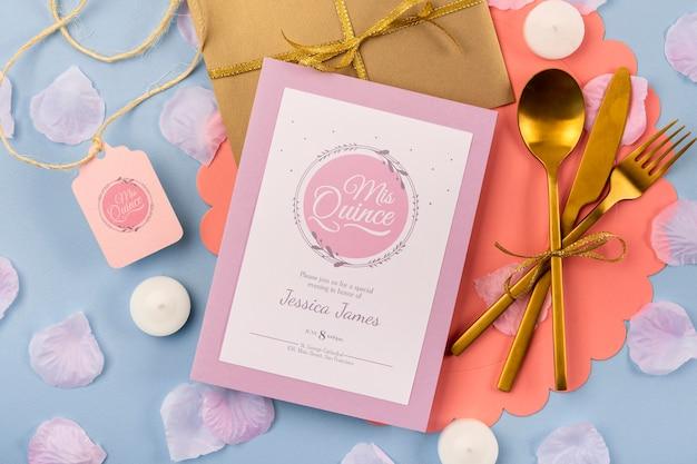 Плоское приглашение для сладких пятнадцати и золотых столовых приборов