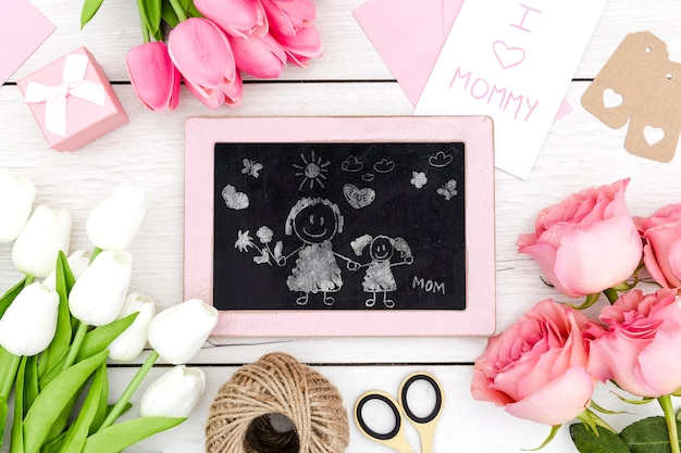 Счастливый день матери с рисунком на доске и цветами