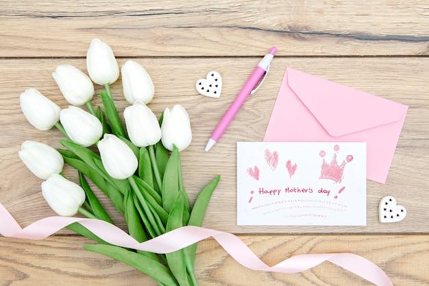 Счастливый день матери с тюльпанами и открыткой