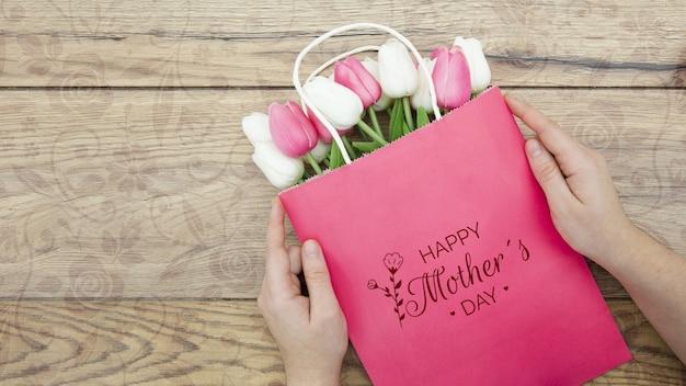 Счастливый день матери с мешком тюльпанов