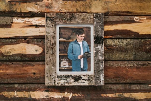 Рамка прямоугольной формы на деревянном фоне