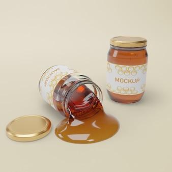 Баночки с натуральным медом на столе