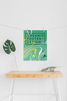ポスターと葉が付いている机の正面図
