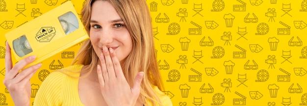 Красивая женщина с желтой концепцией макет