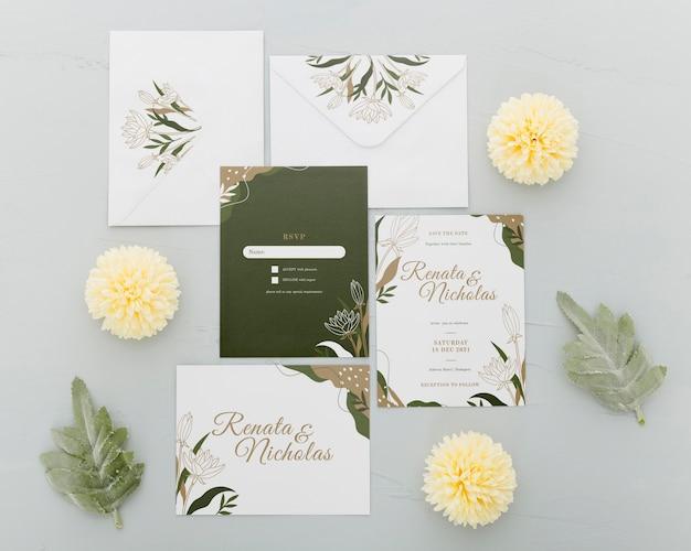 Вид сверху на свадебные приглашения с цветами