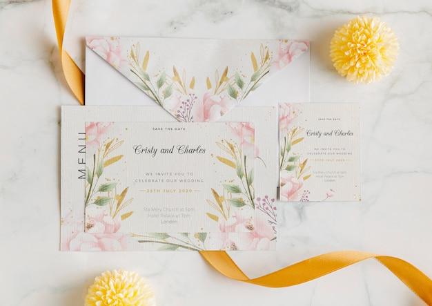 Выше вид свадебного приглашения с цветами