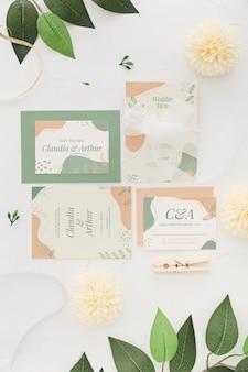 花と結婚式の招待状の配置