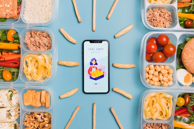 Обед на работе с мобильным на столе