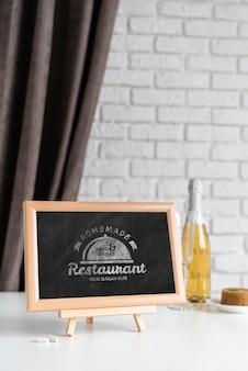 ワインの瓶と黒板の正面図