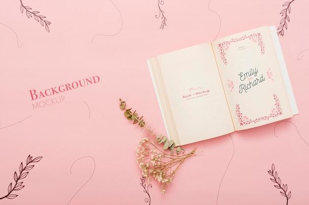 花と開いた本の平面図