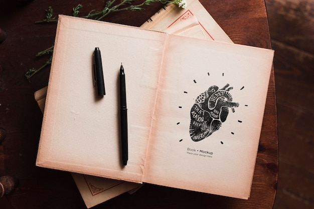 ペンと花と本のフラットレイアウト