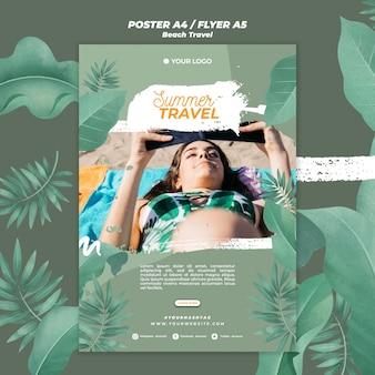 Женщина на пляже летние путешествия шаблон плаката