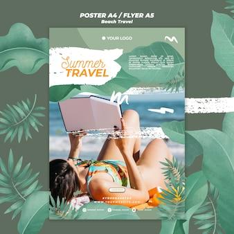 夏の旅行チラシを読む女性