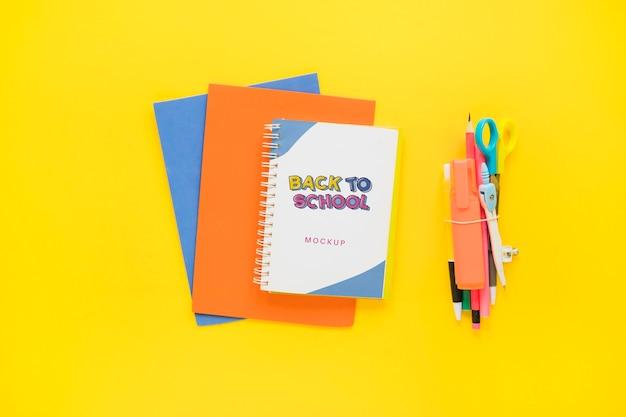 黄色の背景に学校のノート