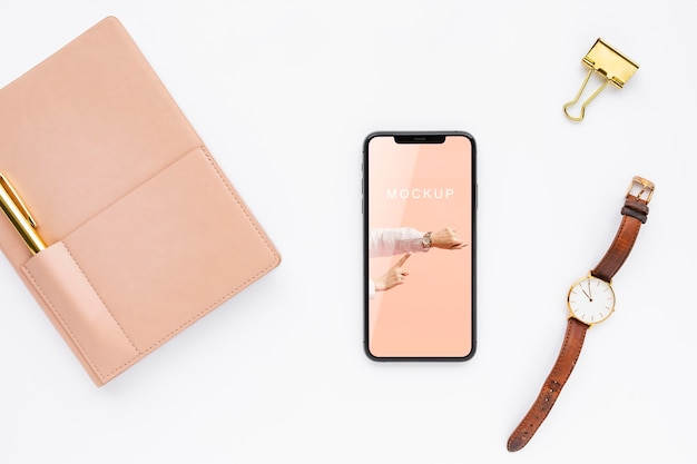 Вид сверху макет телефона рядом с часами