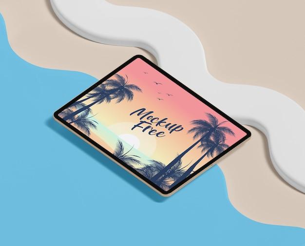 タブレットとビーチの夏のコンセプト