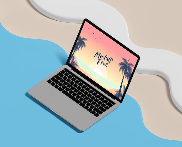 ノートパソコンとビーチと夏のコンセプト