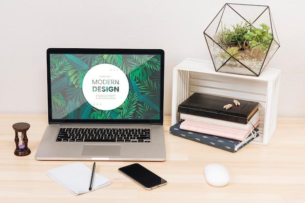 Концепция стола с ноутбуком