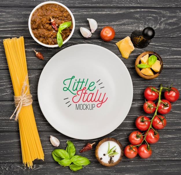 フラットレイアウトのイタリア料理とプレートの品揃え